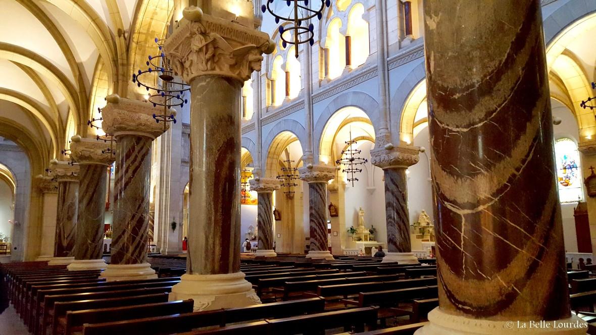 Colonnes de marbre de campan et pierre d'Angoulême Eglise paroissiale du Sacré Coeur La Belle Lourdes