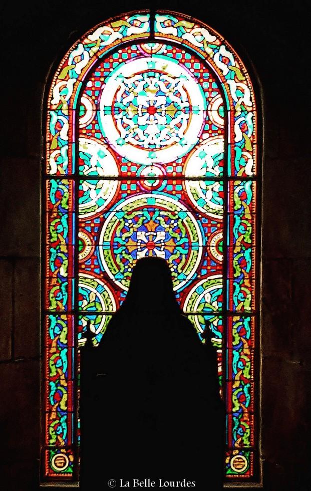 L'un des vitraux de la crypte La Belle Lourdes