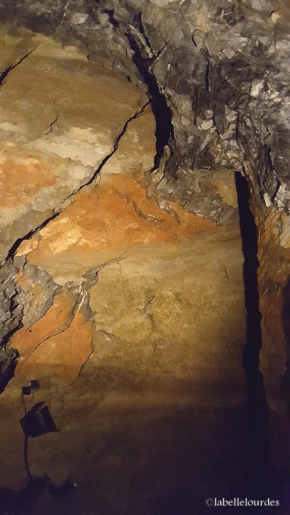 Divers types de roches sont présents au Pic : calcaire, argile, oxyde de fer ...