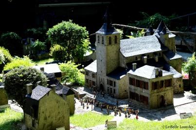 Ancienne église St Pierre, actuelle place Peyramale et Office de Tourisme